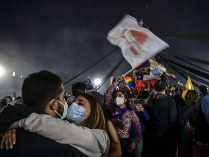 Eleitores celebram a votação que aprovou uma reforma constitucional no Chile.