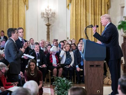Donald Trump interage com o repórter da CNN Jim Acosta, na Casa Branca.