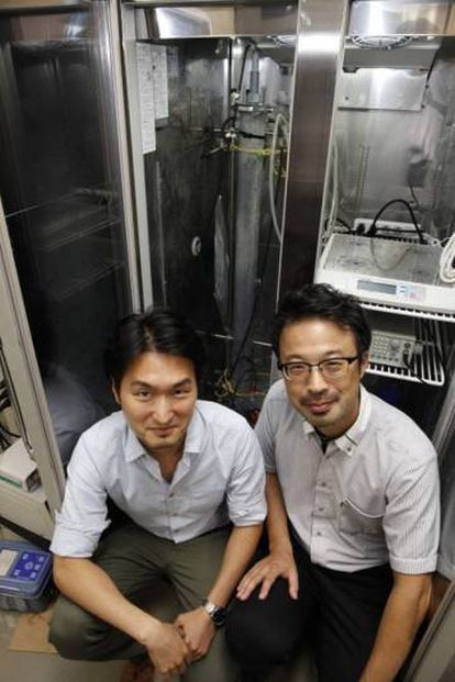 Hiroyuki Imachi (direita) e seu colega Masaru Nobu, autores do estudo, com o biorreator que usaram para criar as arqueias.