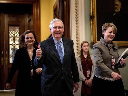 O líder da maioria republicana no Senado, Mitch McConnell, sai da sessão do julgamento de Trump na última sexta-feira.