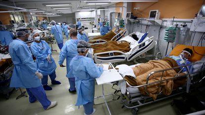 Trabalhadores da saúde em unidade de emergência de um hospital de Porto Alegre no mês de março.