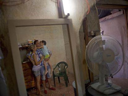 O dissidente Wilberto Parada com a mulher e seu filho depois de ser deixar a cadeia na última sexta.