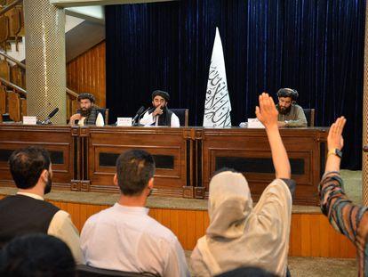 O porta-voz do Talibã, Zabihullah Mujahid, no centro da imagem, em uma entrevista coletiva em Cabul na terça-feira.