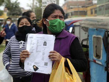 Uma mulher segura a foto da filha, que morreu durante a operação policial em Lima.