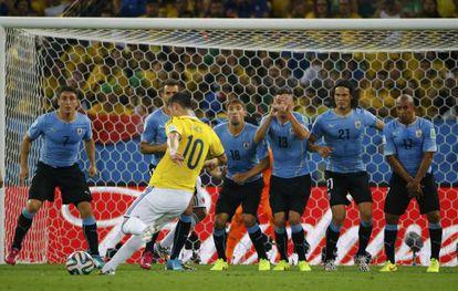 James dispara um tiro livre contra o Uruguai.