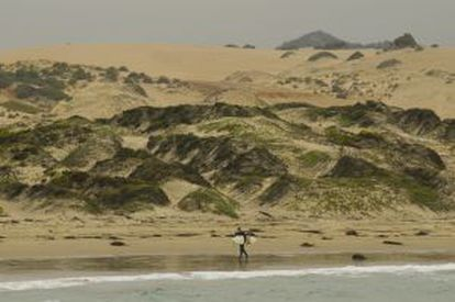 Um surfista em uma praia próxima a Pichidangui, no Chile.
