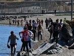 Entrada por el espigón de la frontera del Tarajal, cientos de jovenes marroquies entran por le espigón de la frontera del Tarajal en Ceuta, donde los efectivos policiales no han dado a bastos y han entrado en la ciudad sin problemas.