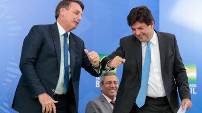 O presidente Bolsonaro faz cumprimento de cotovelo com o ex-ministro  Mandetta em cerimônia no Palácio do Planalto.