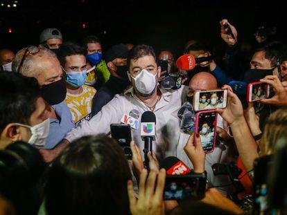 Roberto Marrero, chefe de gabinete de Juan Guaidó, fala com jornalistas depois do indulto de Maduro.