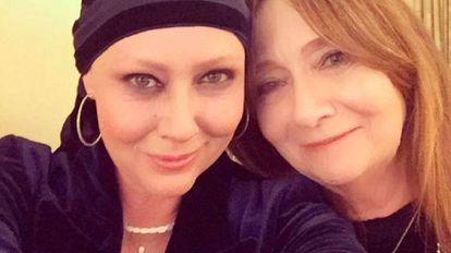 A atriz Shannen Doherty com sua mãe depois de receber recentemente um prêmio da Sociedade Americana do Câncer, por sua coragem diante da doença.