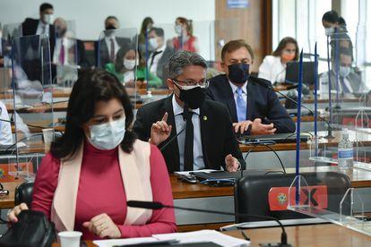 A senadora Simone Tebet em primeiro plano, com o senador Alessandro Vieira, em segundo. Ambos pré-candidatos à Presidência.