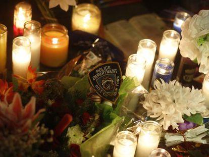 Flores e velas lembram os policiais mortos.