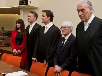 Bernie Ecclestone, o segundo à direita, com seus advogados no julgamento.