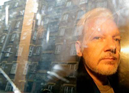 Julian Assange, em 1º de maio de 2019, quando foi levado da prisão de Belmarsh para o tribunal londrino que decidiria sua possível extradição para os EUA.