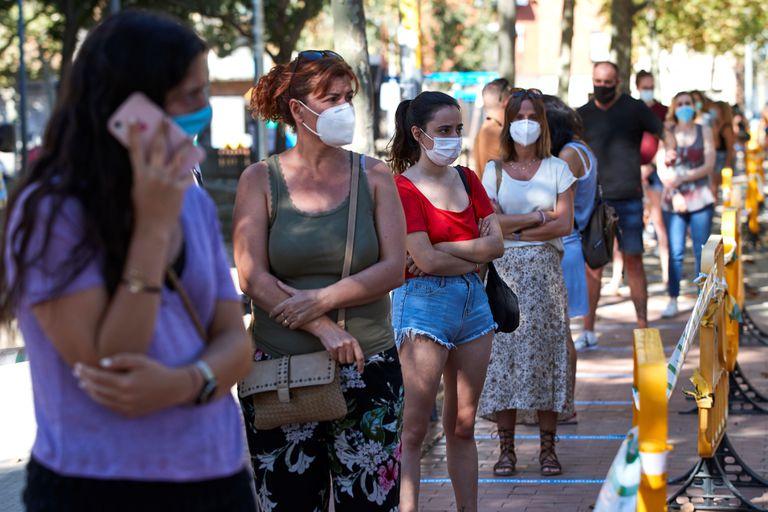 Barcelona instala tendas para rastreio massivo de infectados, com a realização de testes de coronavírus.