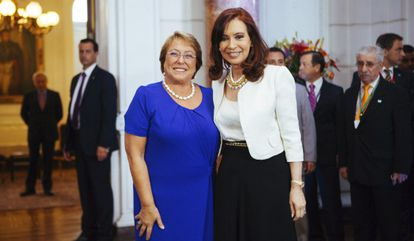 A presidenta eleita de Chile, Michelle Bachelet, nesta segunda-feira com a sua par argentina, Cristina Fernández.