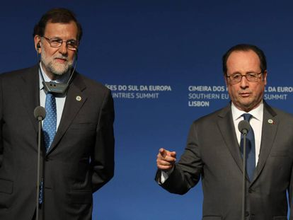 O presidente francês, François Hollande, ao lado do primeiro-ministro espanhol, Mariano Rajoy, neste sábado, 28 de janeiro de 2017, na cúpula de países do sul da UE em Lisboa (Portugal).