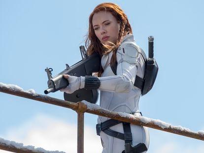 Scarlett Johansson em cena de 'Viúva Negra'. Em vídeo, trailer de 'Viúva Negra'.