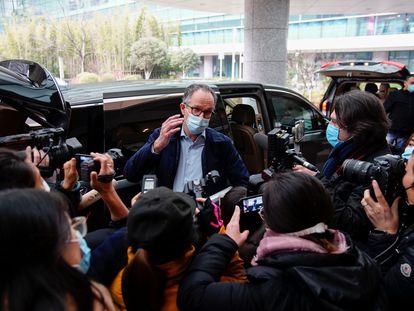 Membros da equipe da OMS que investigou na China a origem da pandemia de covid-19 chegam ao Instituto da Virologia de Wuhan, no começo de fevereiro.