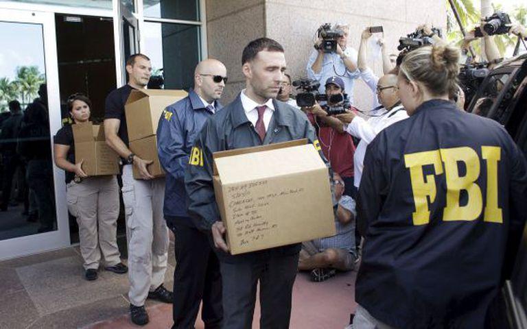 Agentes do FBI retiram documentos da CONCACAF na quarta-feira.