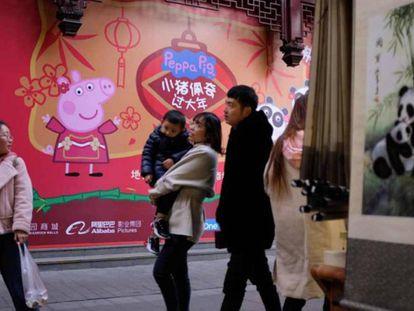 Imagem de Peppa Pig em uma rua chinesa. Em vídeo, o trailer chinês do filme de Peppa Pig.