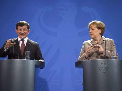 Merkel ao lado do primeiro-ministro da Turquía, Davutoglu.