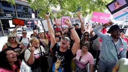 Entusiastas de Britney Spears protestam nesta quarta-feira diante do tribunal de Los Angeles que decide sobre a custódia legal da artista.