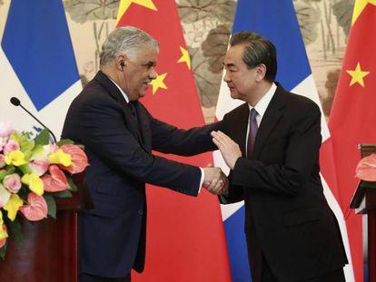 Os ministros de Relações Exteriores da República Dominicana, Miguel Vargas, e da China, Wang Yi.