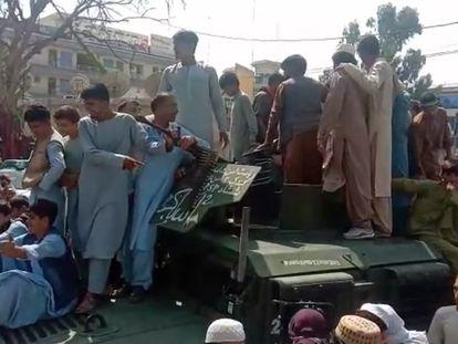 Imagem de um vídeo que mostra os talibãs que tomaram a cidade de Jalalabad neste domingo.