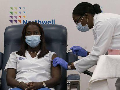 Sandra Lindsay recebe a primeira injeção administrada nos EUA, nesta segunda-feira, no Long Island Jewish Medical Center de Nova York.
