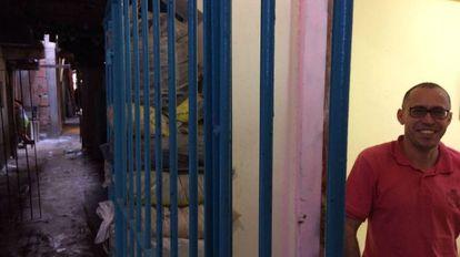 O motorista de carga Ronivaldo Araújo, de 42, na porta de sua casa na favela da Linha.