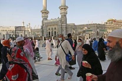 Peregrinos com máscara em Meca, em 28 de fevereiro.
