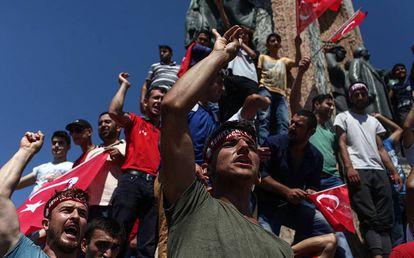 Turcos protestam contra a tentativa de golpe na emblemática praça Taksim.