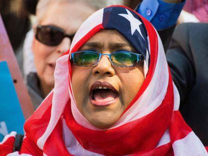 Uma manifestante contra o veto migratório em Washington.