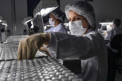 Trabalhadores do Instituto Butantan trabalham na produção da vacina Coronavac, em São Paulo, em 14 de janeiro de 2021. Para especialista, faltam políticas públicas para o setor no Brasil.