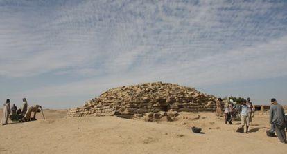 Arqueólogos trabalhando na pirâmide de Edfu.