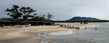 Pescadores em uma praia fronteiriça entre o México e a Guatemala