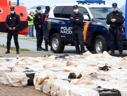 Agentes policiais protegem uma carga de cocaína apreendida na região da Galícia.