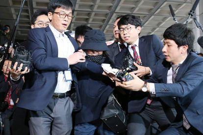A confidente da presidenta Park chega para prestar depoimento a promotores, nesta segunda-feira.