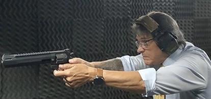 Roberto Jefferson segura uma arma em foto publicada em sua conta no Instagram.