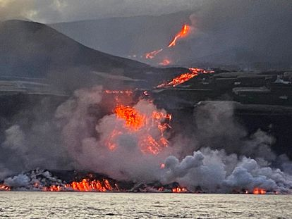 Llegada de la lava al océano visto a bordo del buque oceanográfico Ramon Margalef., este miércoles