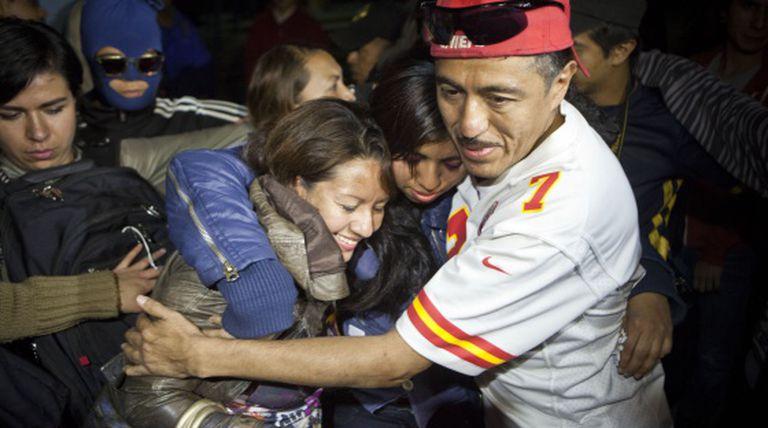 Yakiri abraça seus pais, Marina e José Luis, ao sair de prisão.