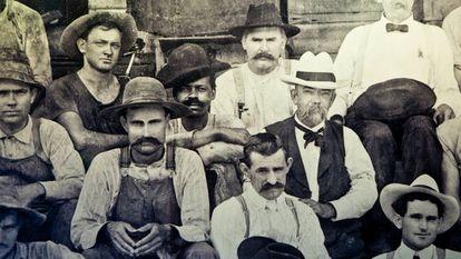 """No centro da imagem com chapéu branco e bigode aparece J. Newton """"Jack"""" Daniel. À sua direita, um dos filhos de Nearest Green, no final do século XIX."""