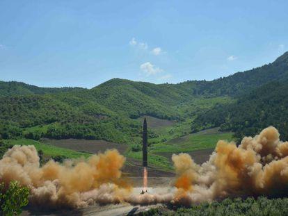 Decolagem do míssil balístico intercontinental Hwasong-14 (foto da agência norte-coreana KCNA)