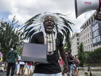 Manifestante perto da Casa Branca numa passeata contra a brutalidade policial, em 4 de julho, Dia da Independência dos EUA.