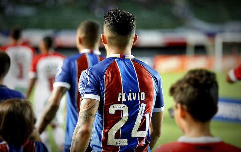 Flávio entra em campo com a camisa 24, pelo Bahia.