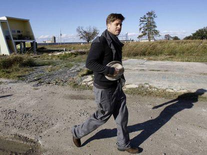 Brad Pitt em Nova Orleans durante a construção das casas.
