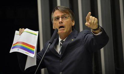 Bolsonaro protesta contra 'kit gay' no plenário da Câmara.