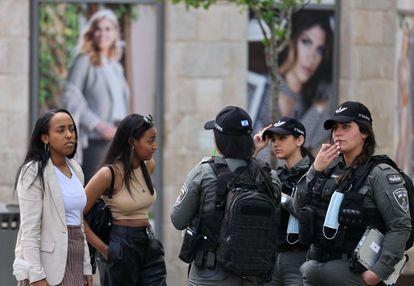 Policiais e cidadãs israelenses sem máscaras no domingo, no centro de Jerusalém.