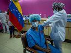 AME1547. CARACAS (VENEZUELA), 12/03/2021.- Trabajadores del hospital Domingo Luciani participan en una jornada de vacunación contra la covid-19 con dosis de la rusa Sputnik V, el 4 de marzo del 2021, en Caracas (Venezuela). Un año después de que se detectaran los primeros casos de la covid-19 en Venezuela, la cantidad de contagios continúa siendo una de las más bajas de América Latina, con 144.277 personas afectadas por la enfermedad, que causó 1.415 muertes, según datos oficiales. La cifra es cuestionada por médicos y opositores que denuncian una aplicación de pruebas a conveniencia en medio del debilitado sistema sanitario y ante la laxitud de la cuarentena cada siete días y en fechas de celebración, como las navideñas. EFE/ Miguel Gutiérrez